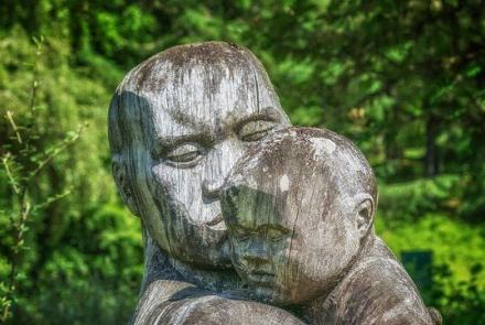 Sculpture parent holidng chind Image by Peter H from Pixabay