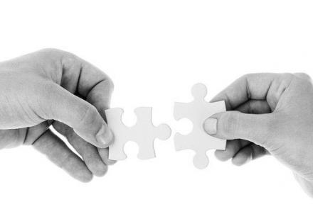 Hands holidng joing two puzzles pieces Image by PublicDomainPictures from Pixabay